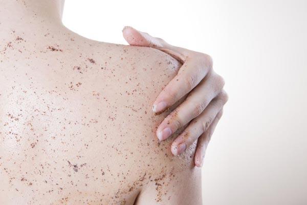Come mantenere l'abbronzatura: l'importanza dello scrub
