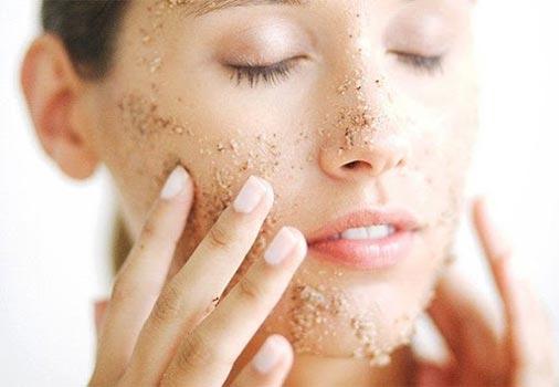 Scrub viso: come eseguire un peeling al viso